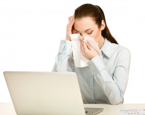 Nemocná žena v práci/ilustrační foto