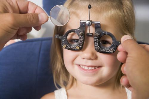 Díte s vadou zraku/ilustrační foto