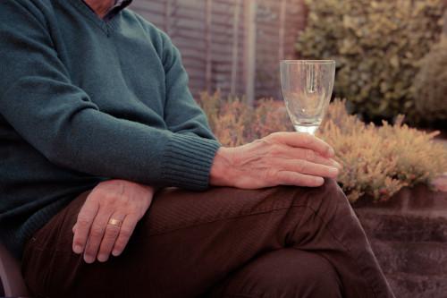 Senior a alkohol/ilustrační foto